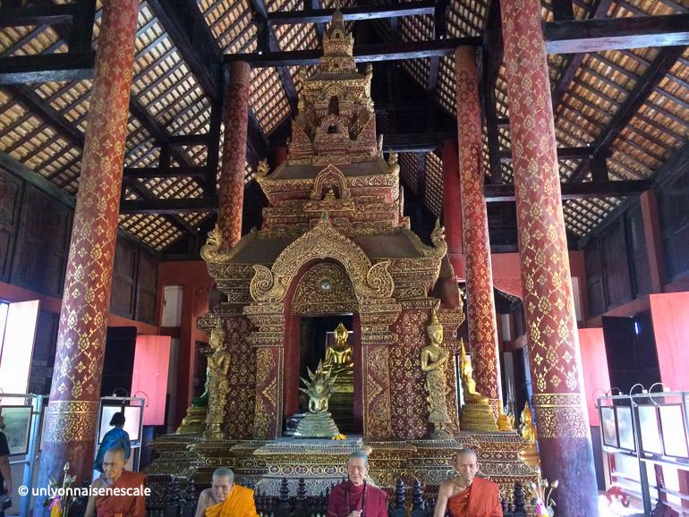 moines et statue de bouddha au wat phra singh