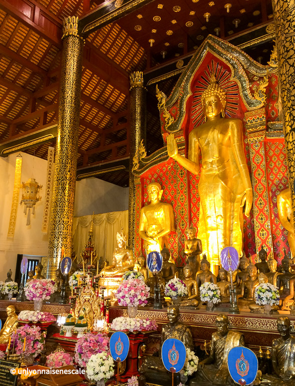bouddha debout disciples wat chedi luang
